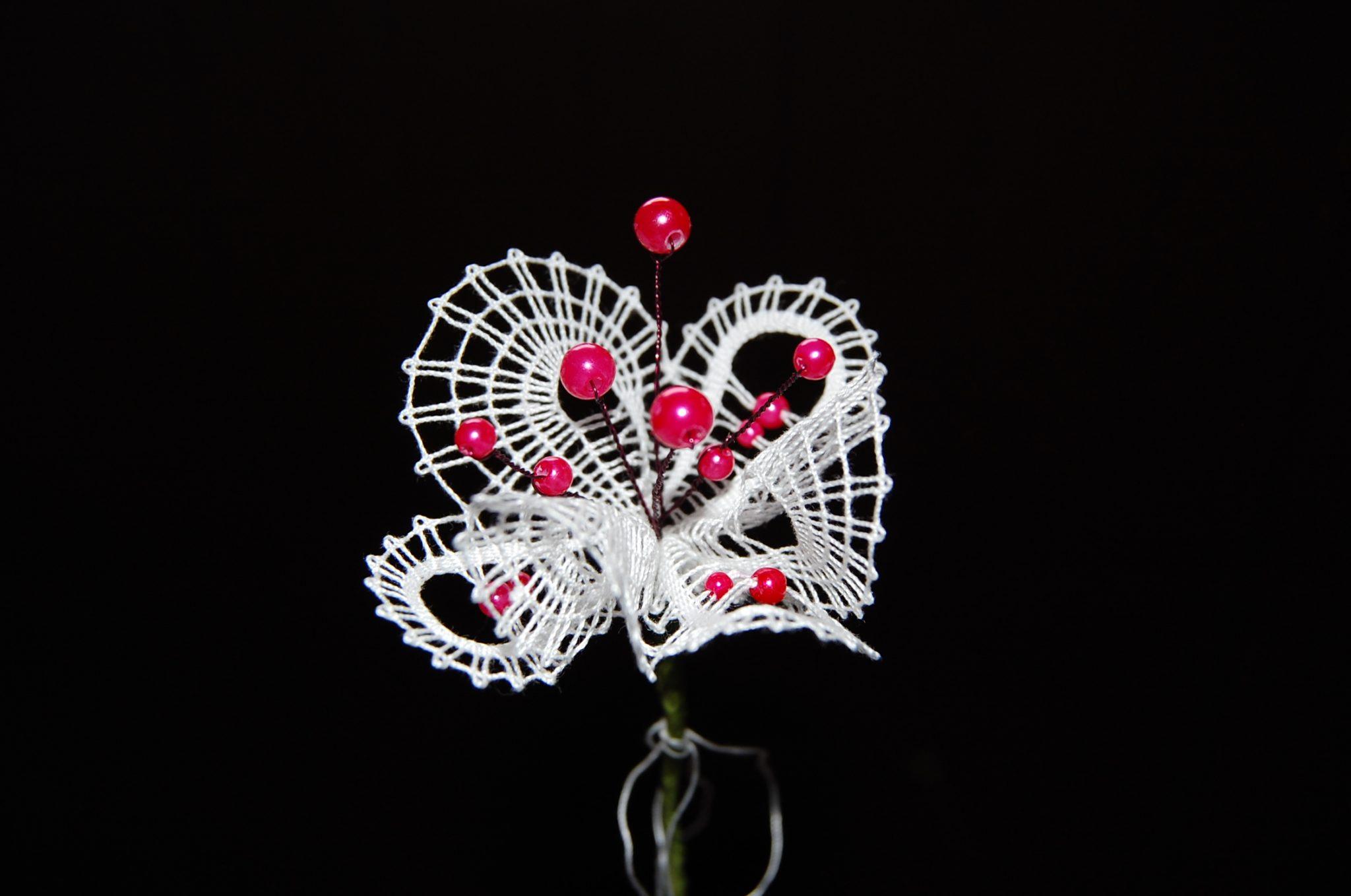 čipka rože s steblom