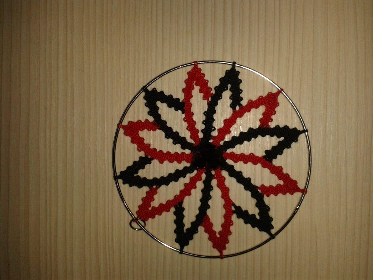 obesek s čipko zvezde - črna in rdeča