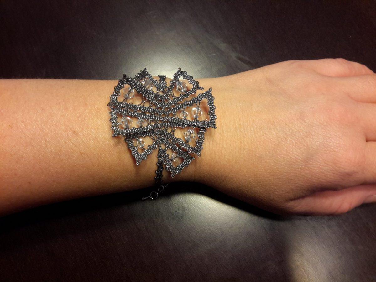 svetleča čipkasta zapestnica s kristali na roki