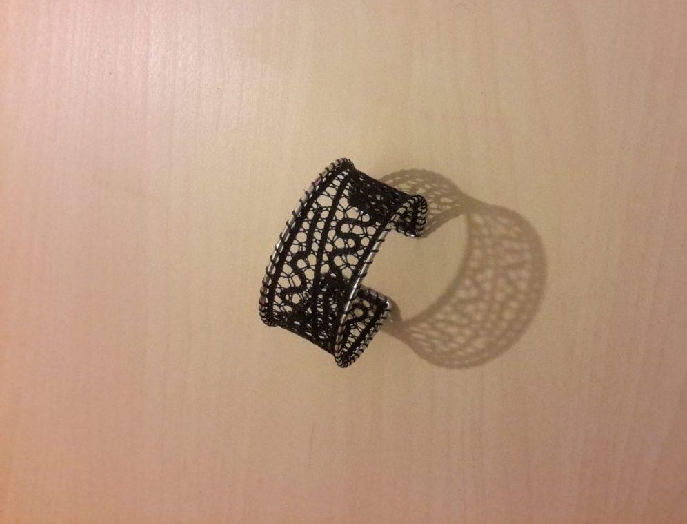 Čipkasta zapestnica na okvirju izdelana v metaliziranem sukancu