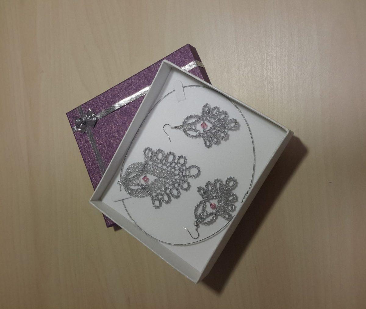 Komplet čipkastih uhanov in ogrlice - obesek izdelana iz metaliziranega sukanca in kristali Swarovski.
